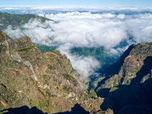 Φανταστικά δύσκολα βουνά τοπίων με το νησί της Μαδέρας σύννεφων Στοκ φωτογραφίες με δικαίωμα ελεύθερης χρήσης