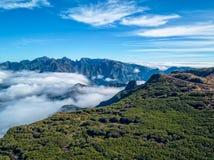Φανταστικά δύσκολα βουνά τοπίων με το νησί της Μαδέρας σύννεφων Στοκ Φωτογραφίες