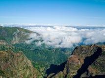 Φανταστικά δύσκολα βουνά τοπίων με το νησί της Μαδέρας σύννεφων Στοκ φωτογραφία με δικαίωμα ελεύθερης χρήσης