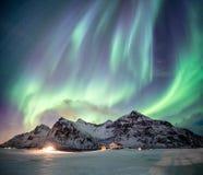 Φανταστικά borealis αυγής με τον έναστρο χορό πέρα από το βουνό χιονιού στοκ φωτογραφία με δικαίωμα ελεύθερης χρήσης