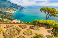Φανταστική άποψη από τη βίλα Rufolo, πόλη Ravello, ακτή της Αμάλφης, περιοχή Campania, της Ιταλίας Στοκ εικόνα με δικαίωμα ελεύθερης χρήσης