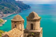 Φανταστική άποψη από τη βίλα Rufolo, πόλη Ravello, ακτή της Αμάλφης, περιοχή Campania, της Ιταλίας Στοκ Εικόνες