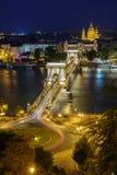 Φανταστική άποψη νύχτας της γέφυρας αλυσίδων της Βουδαπέστης πέρα από το Δούναβη Στοκ Εικόνες