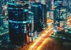 Φανταστική άποψη στεγών μιας μεγάλης σύγχρονης αρχιτεκτονικής πόλεων τη νύχτα Ντουμπάι, Ηνωμένα Αραβικά Εμιράτα Στοκ εικόνα με δικαίωμα ελεύθερης χρήσης