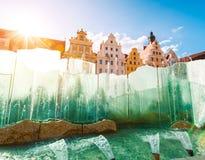 Φανταστική άποψη των αρχαίων σπιτιών μια ηλιόλουστη ημέρα Θέση fam Στοκ Εικόνα