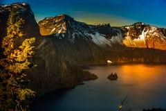 Φανταστική λίμνη κρατήρων νησιών σκαφών Στοκ Εικόνες
