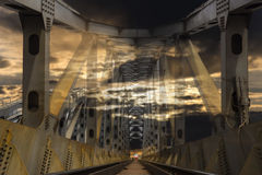 Φανταστική γέφυρα χάλυβα σιδηροδρόμου στο ηλιοβασίλεμα Στοκ Φωτογραφία