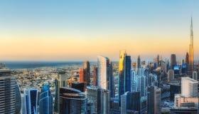 Φανταστική εναέρια άποψη πέρα από μια μεγάλη σύγχρονη πόλη με τους ουρανοξύστες στο κέντρο της πόλης Ντου&mu Στοκ Φωτογραφίες