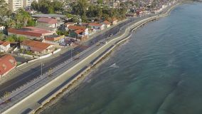 Φανταστική εναέρια άποψη της παραθεριστικής πόλης προκυμαία της Κύπρου, Λάρνακα, χαμηλή εποχή απόθεμα βίντεο