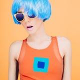 Φανταστική κυρία μόδας κομμάτων στην μπλε περούκα και τα γυαλιά Στοκ Φωτογραφίες