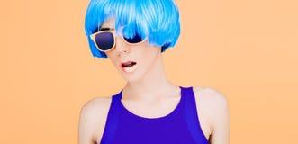 Φανταστική κυρία μόδας στην μπλε περούκα και τα γυαλιά Στοκ Φωτογραφία