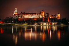 Φανταστική νύχτα Κρακοβία Το βασιλικό Wawel Castle στην Πολωνία Στοκ Φωτογραφία