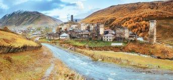 Φανταστική ομορφιά της πόλης μεταξύ των βουνών στη Γεωργία Ευρώπη Στοκ Εικόνες