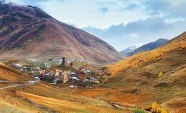 Φανταστική ομορφιά της πόλης μεταξύ των βουνών στη Γεωργία Ευρώπη Στοκ Φωτογραφία