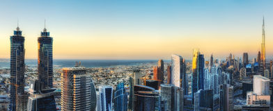 Φανταστική πανοραμική άποψη πέρα από μια μεγάλη σύγχρονη πόλη με τους ουρανοξύστες Στοκ Φωτογραφία