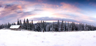Φανταστική δραματική χειμερινή σκηνή τοπίων ηλιοβασιλέματος βραδιού με το χιονώδες σπίτι Carpathians, Ουκρανία, Ευρώπη Στοκ εικόνες με δικαίωμα ελεύθερης χρήσης