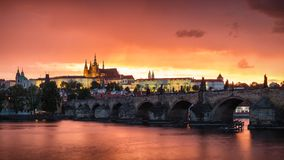 Φανταστική φυσική θερινή θύελλα φαινομένων πέρα από τη γέφυρα του Charles, δημόσιες σχέσεις Στοκ Φωτογραφίες