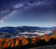 Φανταστικός έναστρος ουρανός και μεγαλοπρεπή βουνά στην υδρονέφωση Dramati στοκ εικόνες