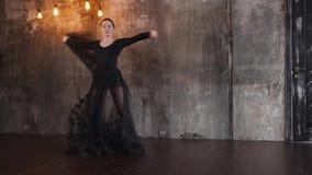 Φανταστικός θηλυκός χορευτής στο μαύρο φόρεμα απόθεμα βίντεο