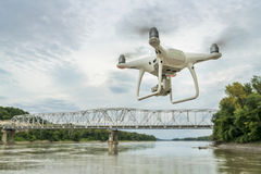 Φανταστικός κηφήνας quadcopter που πετά πέρα από τον ποταμό Στοκ εικόνα με δικαίωμα ελεύθερης χρήσης