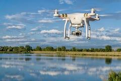 Φανταστικός κηφήνας quadcopter που πετά πέρα από το νερό Στοκ εικόνες με δικαίωμα ελεύθερης χρήσης
