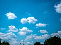 Φανταστικός μπλε άσπρος ουρανός με τα σύννεφα βαμβακιού στοκ εικόνα με δικαίωμα ελεύθερης χρήσης