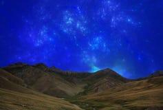 Φανταστικός ουρανός αστεριών τη νύχτα στην κοιλάδα βουνών διανυσματική απεικόνιση