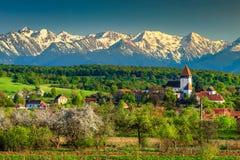 Φανταστικό αγροτικό τοπίο άνοιξη με το χωριό Hosman, Τρανσυλβανία, Ρουμανία, Ευρώπη στοκ εικόνα