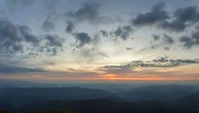 Φανταστικό ανατολή ή ηλιοβασίλεμα άνω των πράσινων καλυμμένων κορυφογραμμή WI βουνών στοκ εικόνα με δικαίωμα ελεύθερης χρήσης