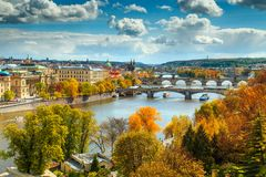 Φανταστικό πανόραμα φθινοπώρου με τη διάσημη πόλη της Πράγας, Δημοκρατία της Τσεχίας, Ευρώπη στοκ εικόνες