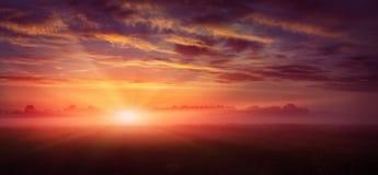 φανταστικό τοπίο μεγαλοπρεπές misty πρωί πέρα από το λιβάδι ζωηρόχρωμος ουρανός με τα συννεφιάζω σύννεφα, Στοκ Εικόνα
