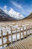Φανταστικό τοπίο με ένα ξύλινο lansca βουνών γεφυρών και χιονιού Στοκ εικόνες με δικαίωμα ελεύθερης χρήσης