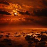 Φανταστικό φωτεινό πορτοκαλί ηλιοβασίλεμα στον τροπικό ωκεανό - τετραγωνικό landsc Στοκ Εικόνες