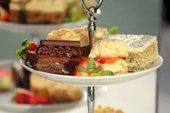 Φανταχτερά κέικ σε μια στάση κέικ Στοκ Εικόνες