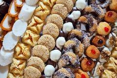 Φανταχτερά κέικ στον πίνακα συμποσίου Στοκ Εικόνες