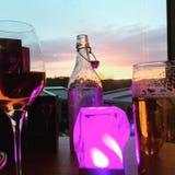 Φανταχτερά ποτά στο ηλιοβασίλεμα βραδιού Στοκ Εικόνες