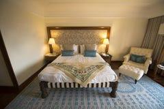 Φανταχτερές κρεβάτι και κρεβατοκάμαρα στο ξενοδοχείο θερέτρου πολυτέλειας Στοκ Φωτογραφία