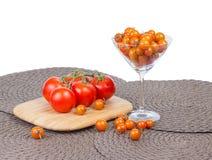 Φανταχτερές πορτοκαλιές ντομάτες κερασιών και κόκκινες ντομάτες στην άμπελο. Στοκ εικόνα με δικαίωμα ελεύθερης χρήσης