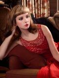 Φανταχτερή γυναίκα στον καναπέ Στοκ Φωτογραφία