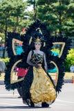 Φανταχτερή κυρία φορεμάτων με το ακραίο makeup και το μαύρο κοστούμι φτερών Στοκ Εικόνα