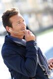 Φανταχτερό άτομο που μιλά στο τηλέφωνο με τα ακουστικά Στοκ εικόνα με δικαίωμα ελεύθερης χρήσης