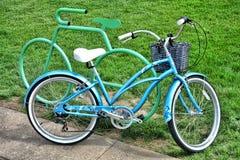 Φανταχτερό αναδρομικό ποδήλατο ενάντια στο ράφι ποδηλάτων μορφής κύκλων Στοκ Εικόνα
