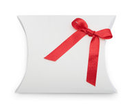 Φανταχτερό δώρο-κιβώτιο με την κόκκινη κορδέλλα Στοκ Φωτογραφία