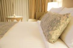 Φανταχτερό κρεβάτι μαξιλαριών και διακοσμήσεων Στοκ Φωτογραφία