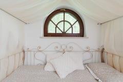 Φανταχτερό κρεβάτι με το ντεκόρ σιδήρου Στοκ φωτογραφία με δικαίωμα ελεύθερης χρήσης