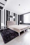 Φανταχτερό κρεβάτι στο δωμάτιο Στοκ Εικόνες