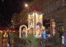 Φανταχτερό σπίτι Christmastime στη βροχερή νύχτα Στοκ Φωτογραφία