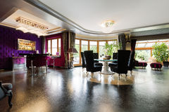 Φανταχτερό δωμάτιο με το λαμπιρίζοντας πάτωμα Στοκ Φωτογραφία