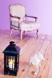 Φανός μετάλλων, παλαιά καρέκλα και ξύλινο σκυλί στοκ φωτογραφία με δικαίωμα ελεύθερης χρήσης