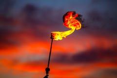 Φανός πυρκαγιάς στον ουρανό ηλιοβασιλέματος με τα κόκκινα σύννεφα Στοκ Εικόνες